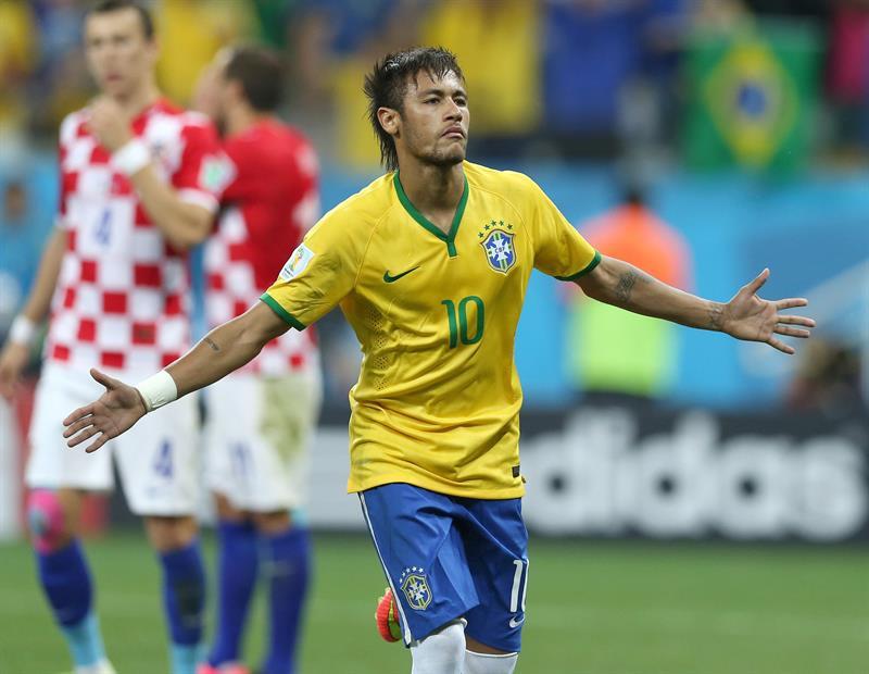 El delantero brasileño Neymar da Silva celebra el gol que ha marcado ante Croacia, el primero del equipo. EFE