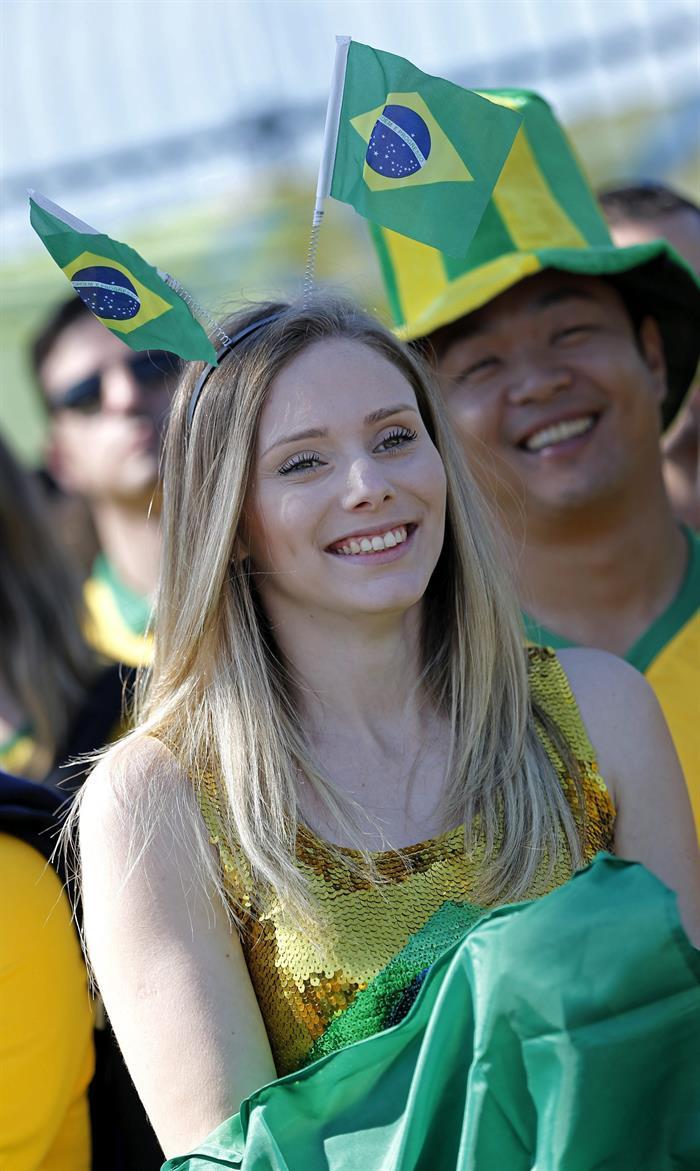 Aficionados brasileños esperan en el exterior del estadio Arena Corinthians de Sao Paulo, Brasil. EFE