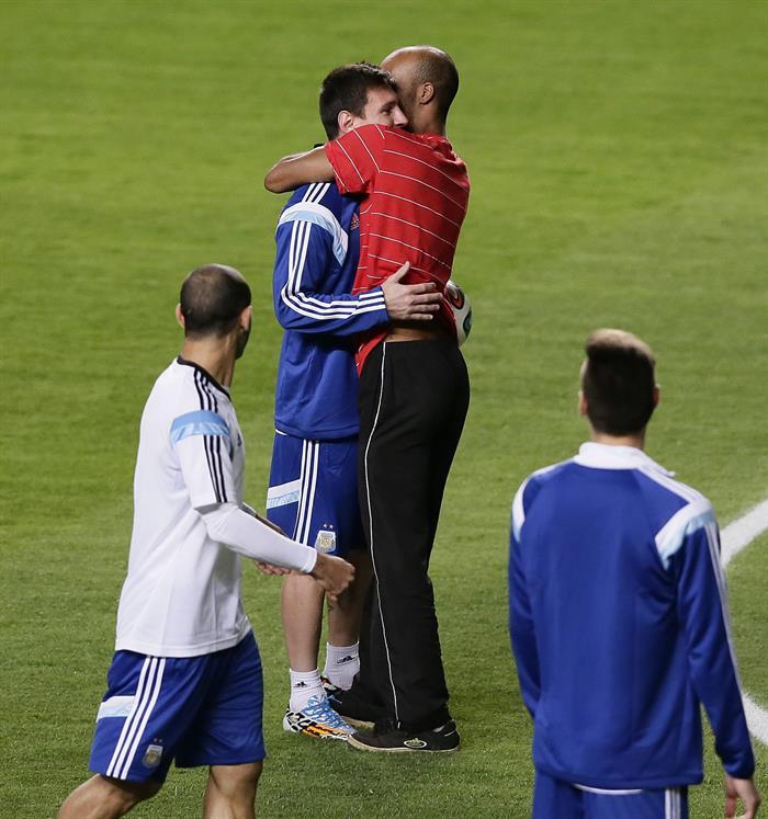 El jugador de Argentina Lionel Messi (i) saluda a un hincha que ingresó al campo durante un entrenamiento. EFE