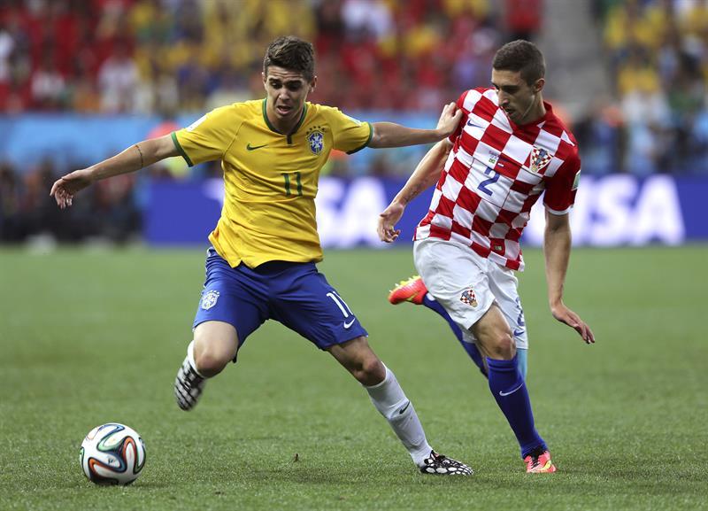El centrocampista brasileño Oscar dos Sasntos (i) y el defensa croata Sime Vrsaljko luchan por el balón . EFE