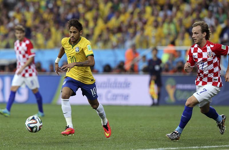 El delantero brasileño Neymar da Silva (i) y el centrocampista croata Ivan Rakitic durante el partido . EFE
