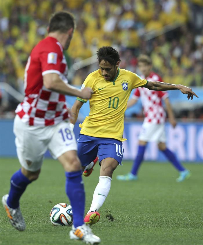 El delantero brasileño Neymar da Silva (d) dispara a puerta ante el delantero croata Ivica Olic (i) . EFE