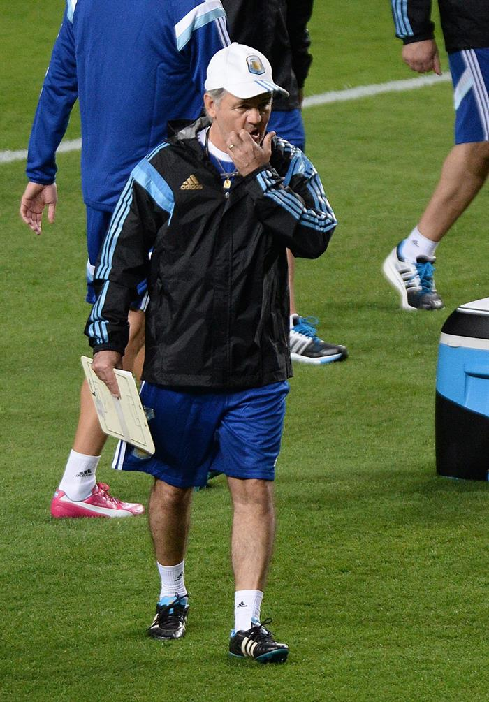 El entrenador de Argentina, Alejandro Sabella, participa en un entrenamiento. EFE