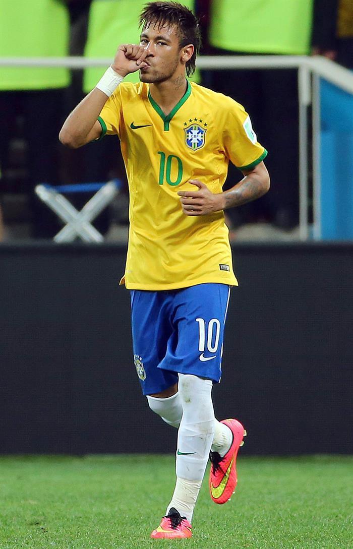 El jugador brasileño Neymar celebra el segundo a favor de Brasil. EFE
