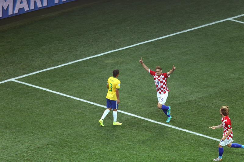 El delantero croata Nikica Jelavic (2d) celebra el gol marcado en propia puerta por el defensa Marcelo Vieira. EFE