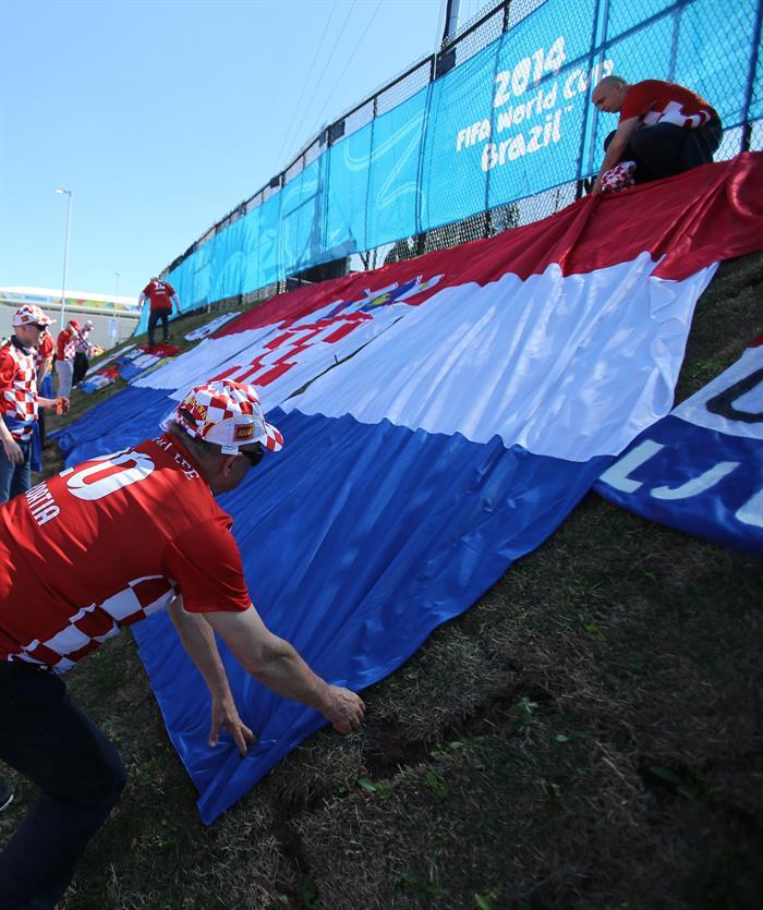Aficionados croatas colocan la bandera de su país en las inmediaciones del estadio Arena de São Paulo. EFE