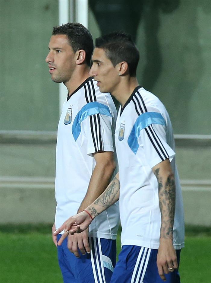 Los jugadores de Argentina Maxi Rodríguez (i) y Ángel Di María (d) participan en un entrenamiento. EFE