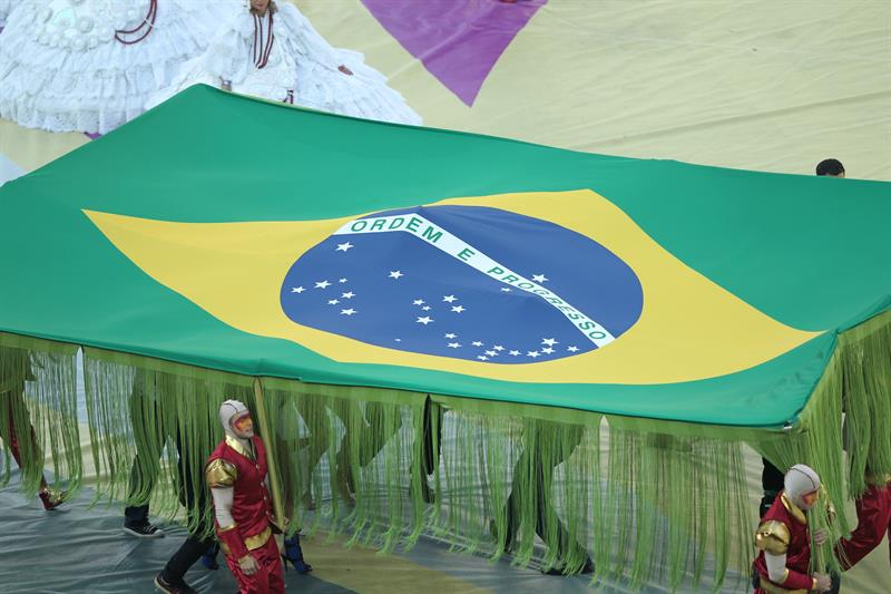 Bandera de Brasil durante la gala de inauguración del Mundial de Fútbol . EFE