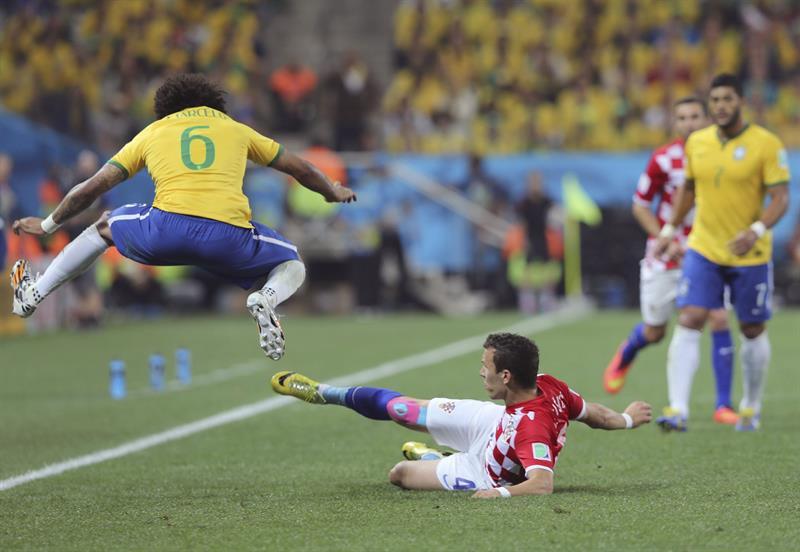 El defensa brasileño Marcelo Vieira (i) y el defensa croata Danijel Pranjic luchan por el balón durante el partido. EFE