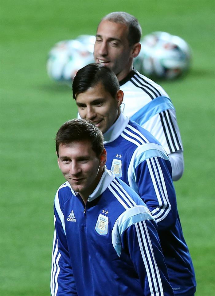 Los jugadores de Argentina Lionel Messi (abajo), Sergio Agüero (c) y Pablo Zabaleta (arriba). EFE