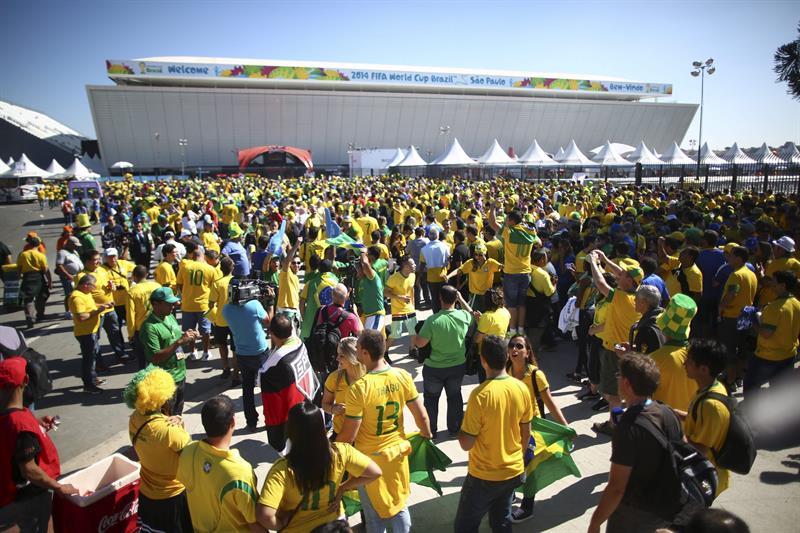 Centenares de aficionados esperan en el exterior del estadio Arena Corinthians de Sao Paulo. EFE