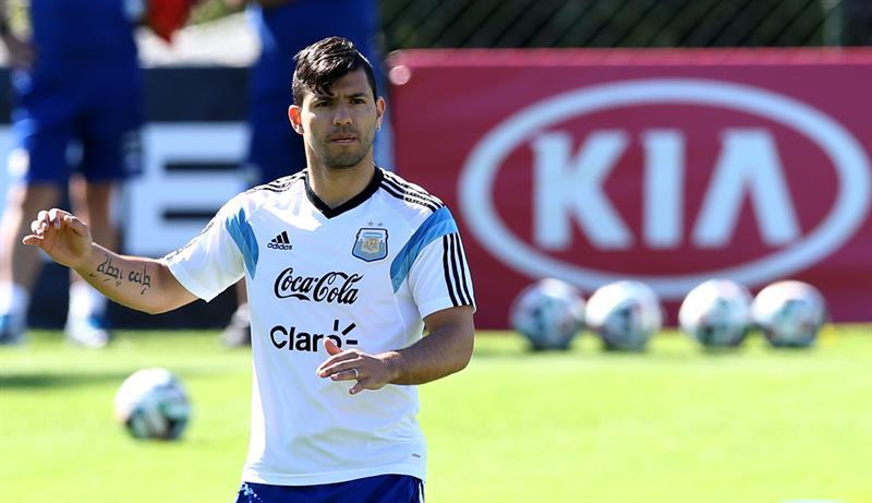 Sergio Agüero de la selección argentina de fútbol participa en un entrenamiento de equipo en Cidade do Galo (Brasil). EFE