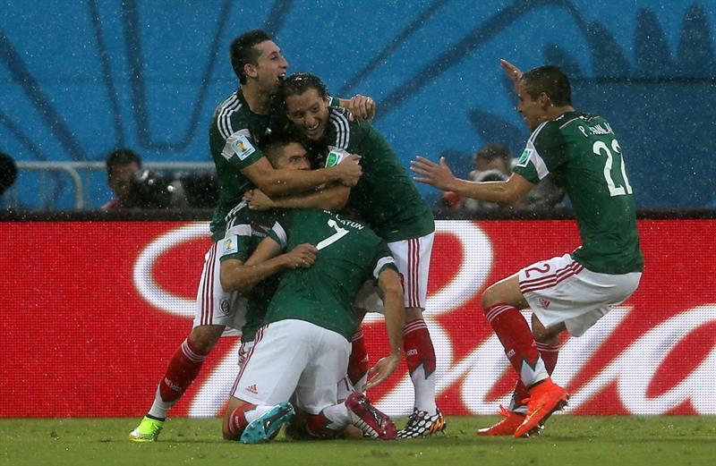 Los jugadores de México celebran el gol marcado ante Camerún, por su compañero Oribe Peralta, el primero del equipo. EFE