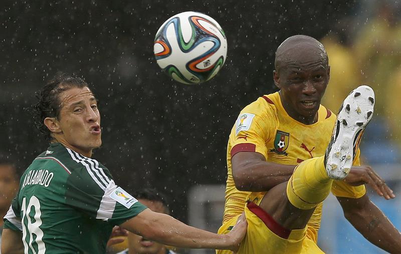 El defensa mexicano Andrés Guardado (i) lucha un balón con el centrocampista camerunés Stephane Mbia. EFE