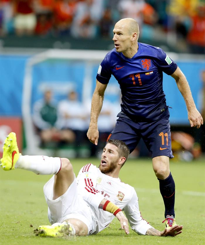 Arjen Robben (R) of the Netherlands reacts after scoring the 1:2 lead next to Sergio Ramos (L) of Spain. EFE
