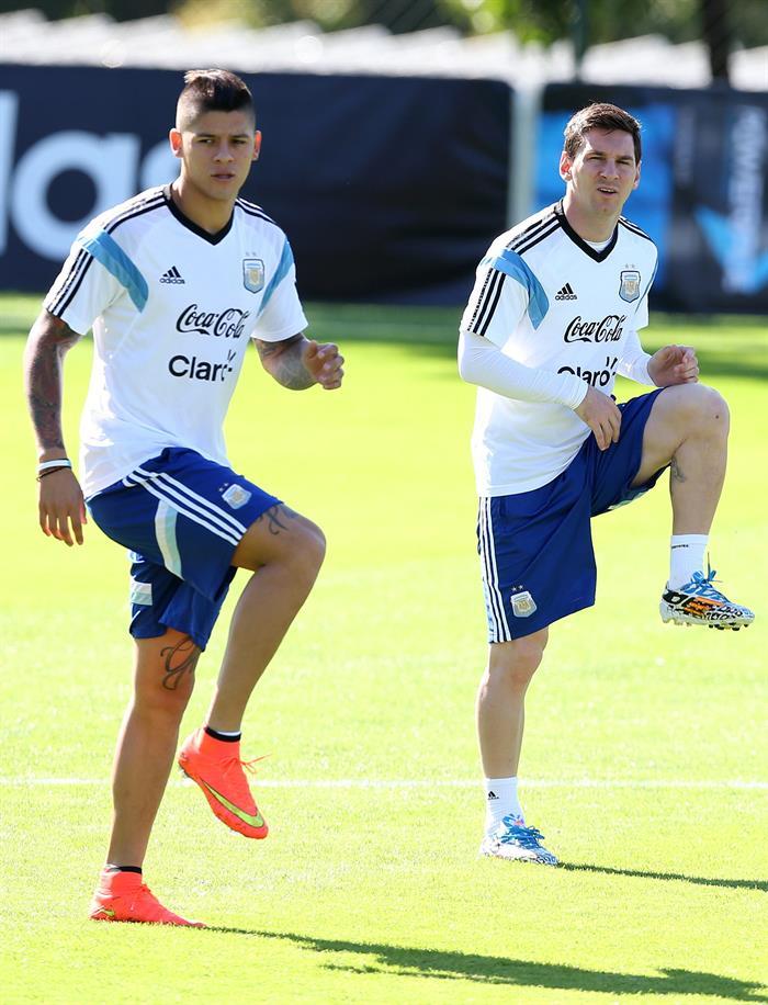 Marcos Rojo (i) y Lionel Messi (d) de la selección argentina de fútbol participa en un entrenamiento de equipo. EFE