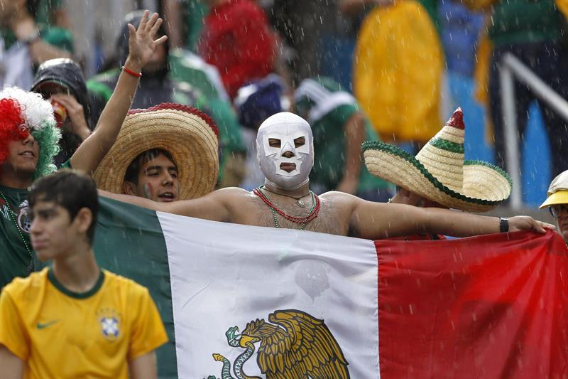 Aficionados mexicanos celebran hoy, viernes 13 de junio de 2014, el momento de la anotación de la Selección de México. EFE