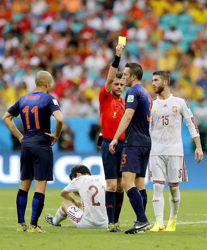 Stefan de Vrij (C-R) of the Netherlands is booked by the referee Nikola Rizzoli during the FIFA. EFE