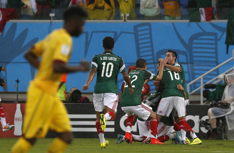 Los jugadores de México celebran el gol marcado por su compañero delantero Oribe Peralta ante Camerún. EFE