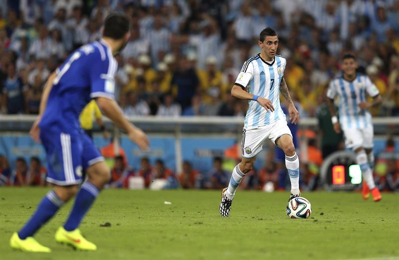 El centrocampista argentino Ángel di María con el balón, durante el partido Argentina-Bosnia, del Grupo F . EFE