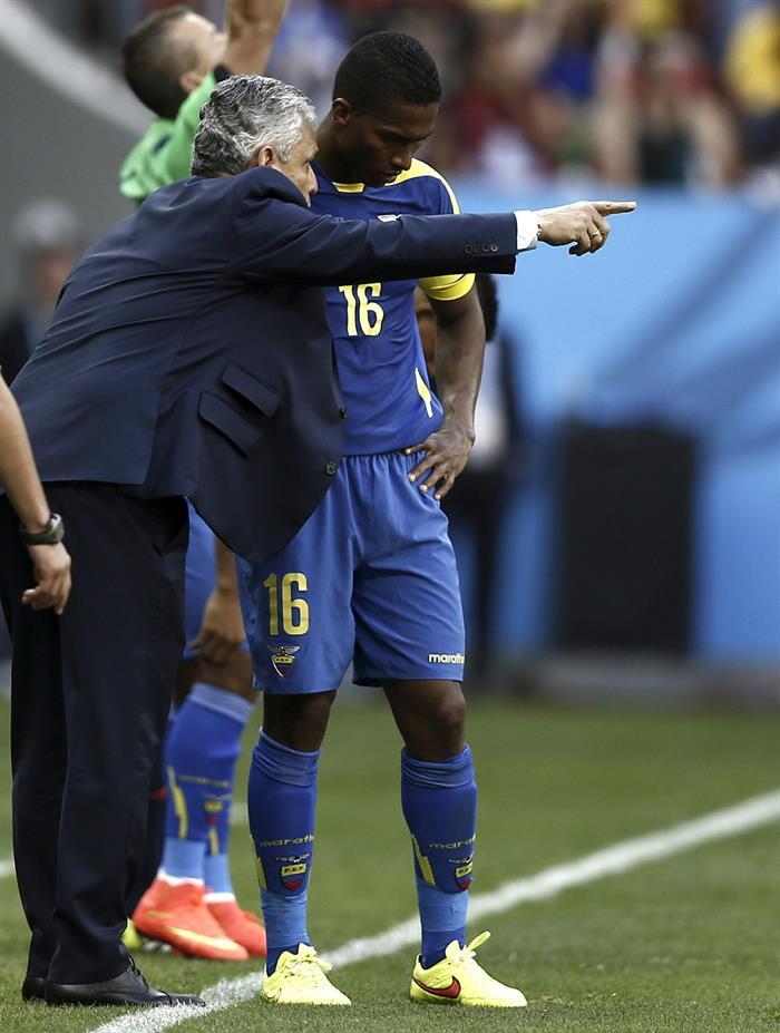 El entrenador de la selección ecuatoriana, Reinaldo Rueda (i), da instrucciones al centrocampista ecuatoriano Antonio Valencia, durante el partido Suiza. EFE