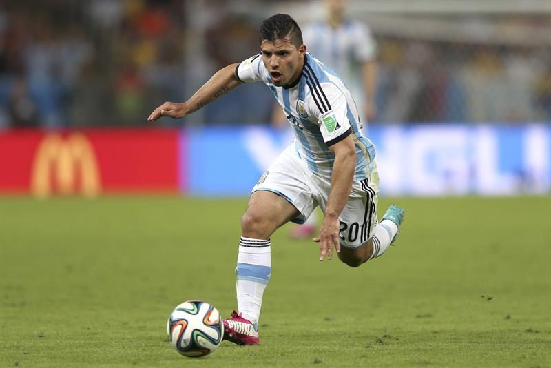 El delantero argentino Sergio 'Kun' Agüero, durante el partido Argentina-Bosnia, del Grupo F del Mundial . EFE