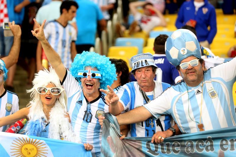 Seguidores argentinos celebran la victoria de su selección ante Bosnia, durante el partido Argentina-Bosnia. EFE