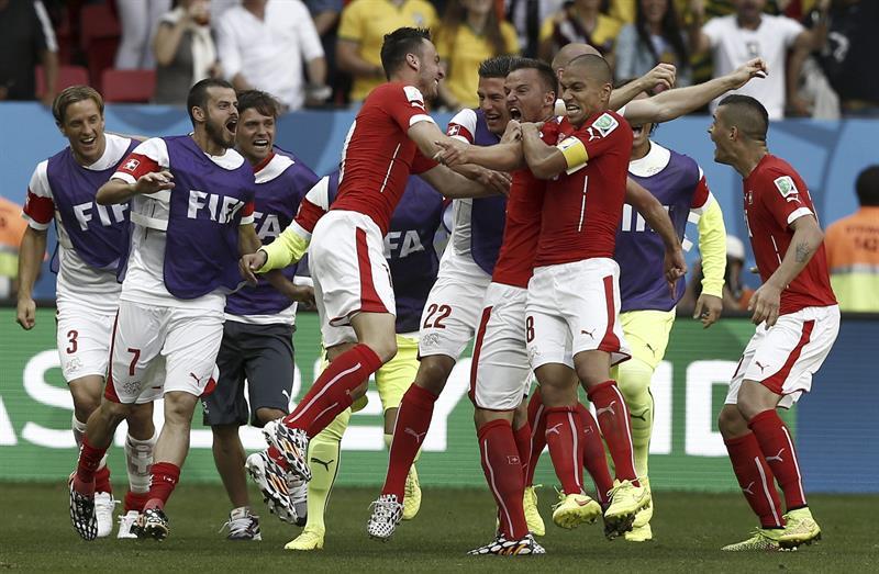 Los jugadores de Suiza celebran el segundo gol marcado ante Ecuador, por el delantero Haris Seferovic. EFE