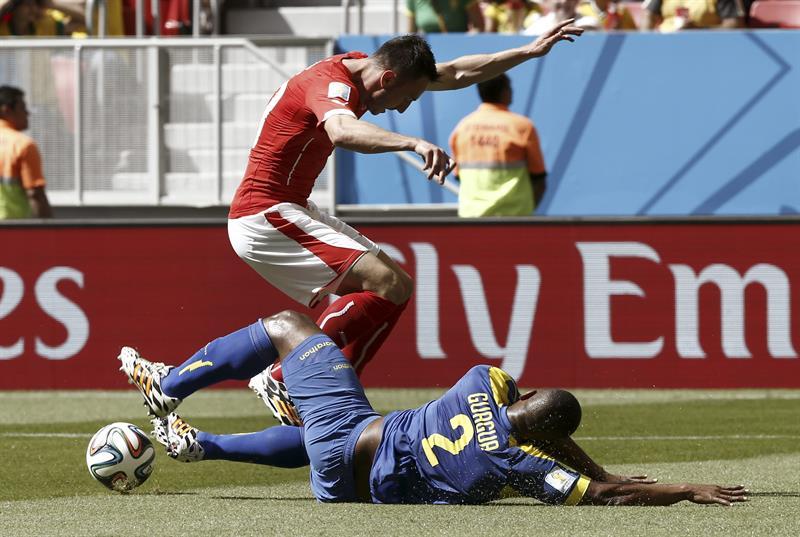 El defensa ecuatoriano Jorge Guagua (d) lucha un balón con el delantero suizo Josip Drmic (i), durante el partido Suiza. EFE