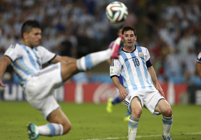 El delantero argentino Lionel Messi (d) durante el partido Argentina-Bosnia, del Grupo F del Mundial de Fútbol. EFE