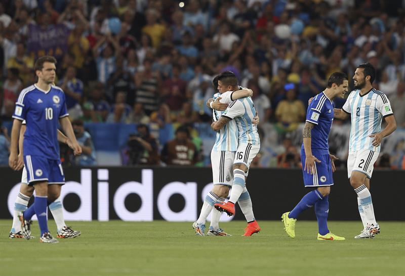 Los jugadores de Argentina celebran el gol marcado en propia puerta por el defensa bosnio Sead Kolasinac. EFE