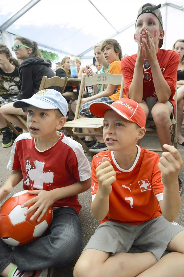 Aficionados de Suiza ven el partido . EFE