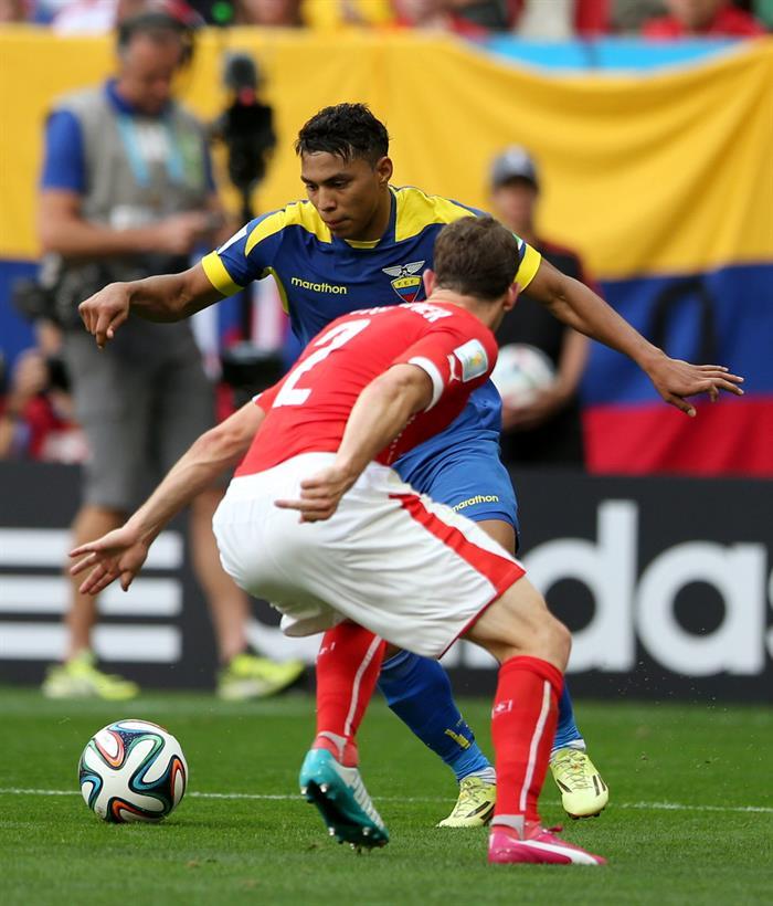El centrocampista ecuatoriano Jefferson Montero (atrás) intenta superar al defensa suizo Stephan Lichtsteiner. EFE