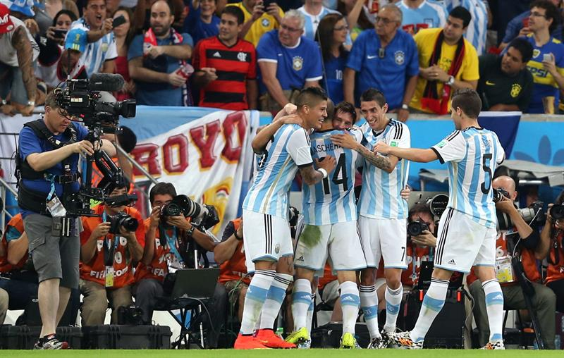 El delantero argentino Lionel Messi (c) celebra con sus compañeros el gol que ha marcado ante bosnia. EFE