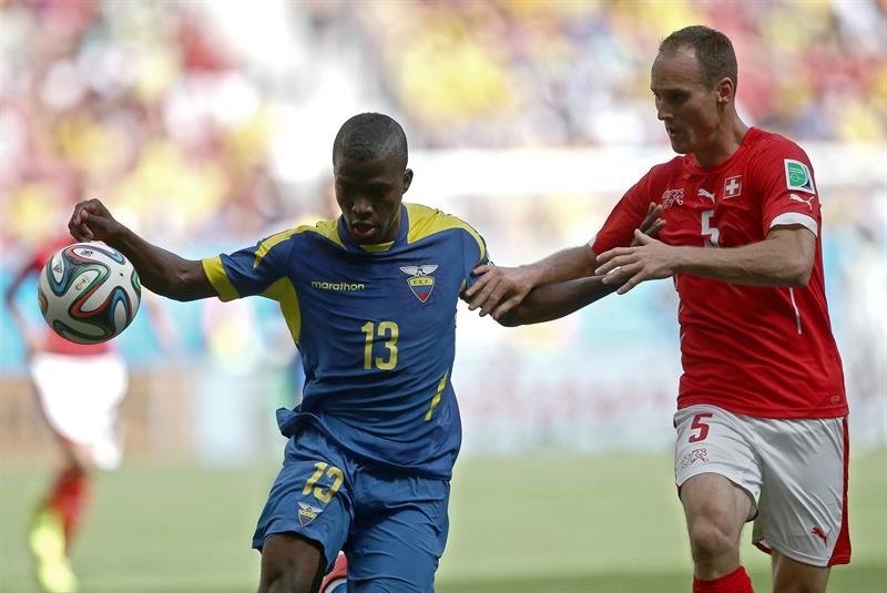 El delantero ecuatoriano Felipe Caicedo (i) lucha un balón con el defensa suizo Steve von Bergen . EFE