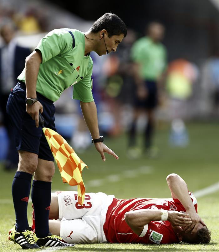 El centrocampista suizo Xherdan Shaqiri (d) se lamenta de un golpe en la cara, durante el partido Suiza-Ecuador. EFE