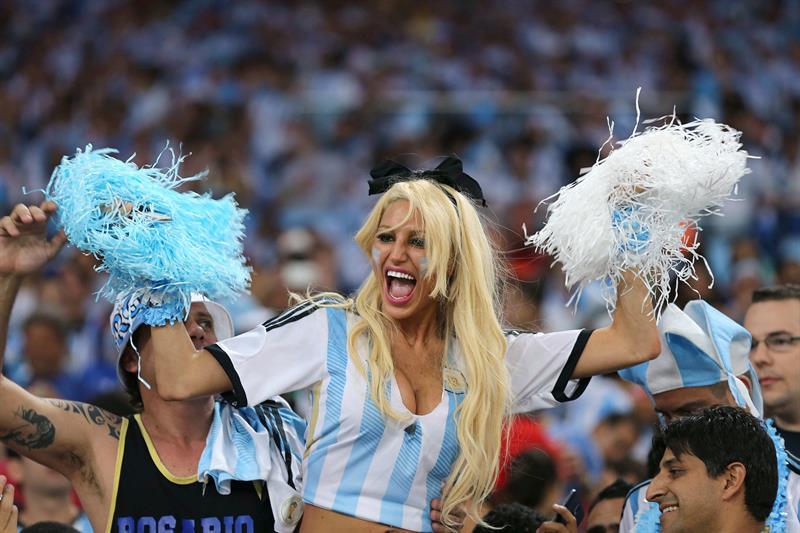 Aficionados argentinos momentos antes del inicio del partido Argentina-Bosnia, del Grupo F del Mundial . EFE