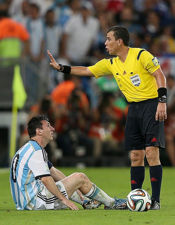 El árbitro salvadoreño Joel Aguilar Chicas (d) ante el delantero argentino Lionel Messi,. EFE