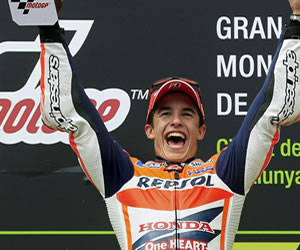 El piloto español Marc Márquez, del equipo Repsol Honda Team, con el trofeo en el podio tras ganar la carrera. EFE