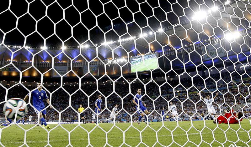 El guardameta bosnio Asmir Begovic (d) no consigue detener el disparo del delantero argentino Lionel Messi que ha supuesto el segundo gol . EFE