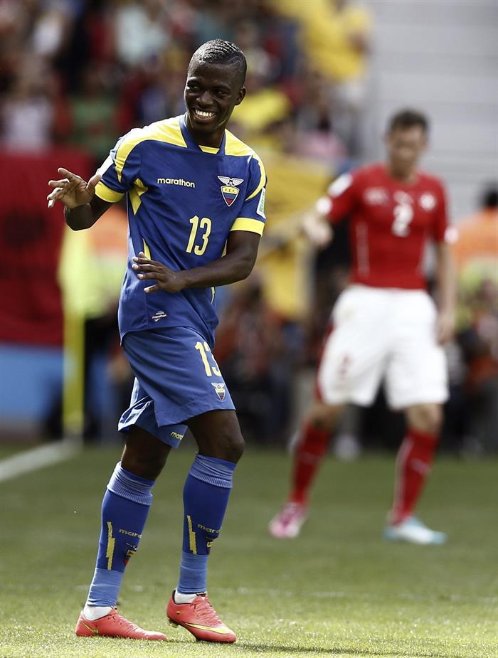 El delantero ecuatoriano Enner Valencia celebra el gol que ha marcado ante la selección suiza. EFE