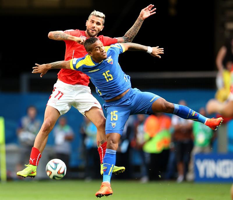 El centrocampista ecuatoriano Michael Arroyo (d) y el delantero suizo Mario Gavranovic durante el partido Suiza. EFE