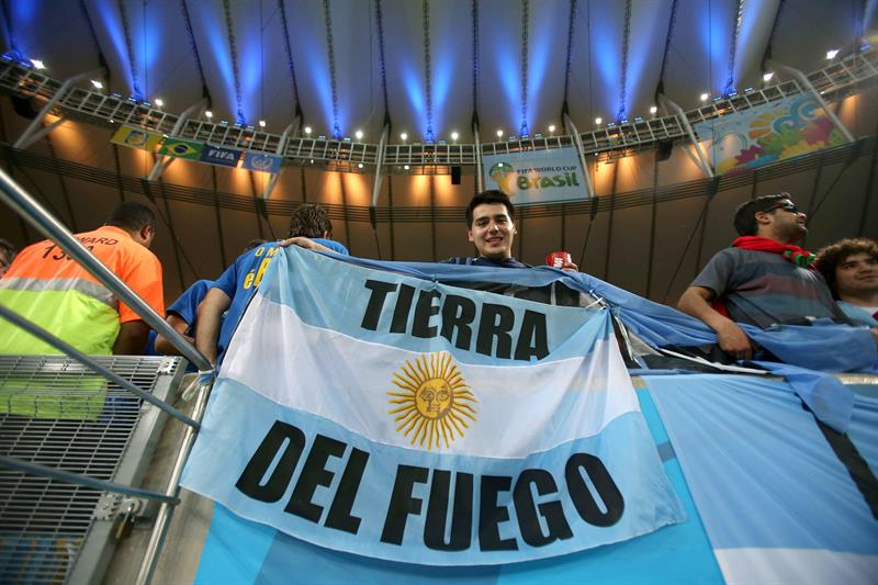 Un aficionado de Argentina sostiene una bandera de su país en el interior del estadio Maracaná de Río de Janeiro. EFE