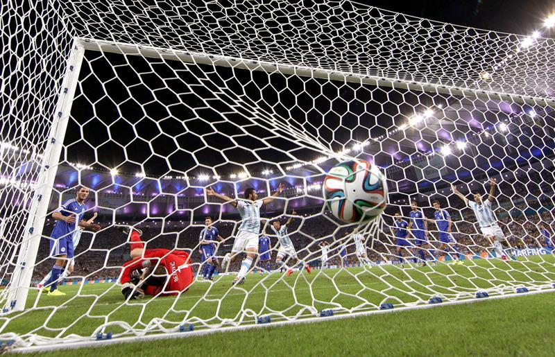 Momento del gol marcado en propia puerta por el defensa bosnio Sead Kolasinac. EFE