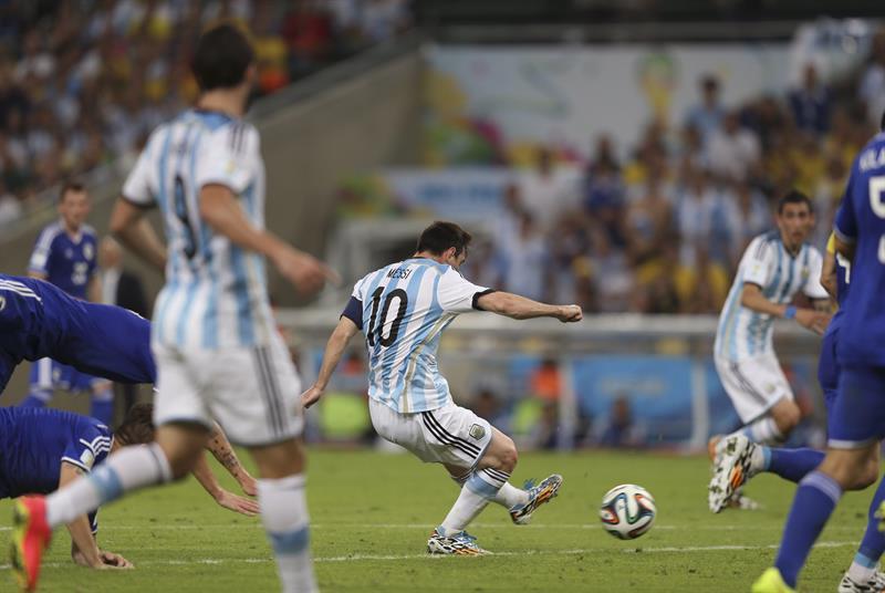 El delantero argentino Lionel Messi (c) lanza para marcar el segundo gol del equipo ante Bosnia. EFE