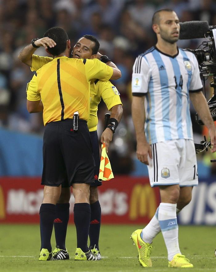 El árbitro del encuentro, el salvadoreño Joel Aguilar (i) saluda a su compatriota, el segundo asistente, William Torres (d), al término del partido.. EFE