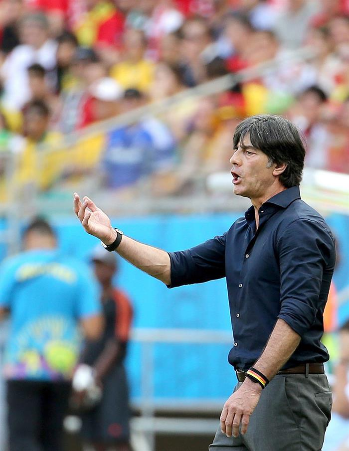 Germany's coach Joachim Loew reacts during the FIFA World Cup 2014 group G. EFE