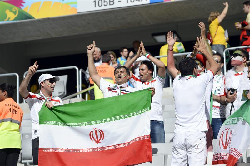 Fanáticos iraníes celebran afuera del estadio Arena da Baixada de Curitiba (Brasil). EFE