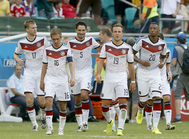 Mats Hummels (C) of Germany celebrates with teammates after scoring the 2-0 lead during the FIFA World Cup 2014 group G. EFE