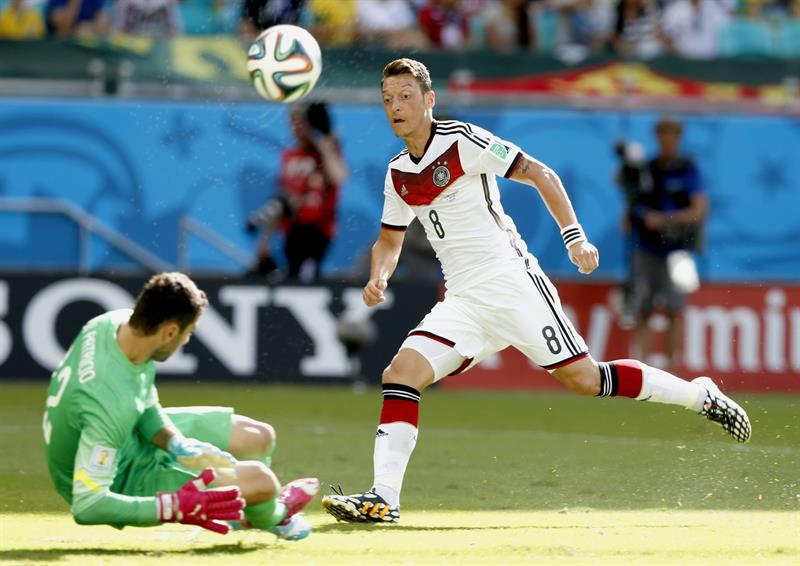 Mesut Oezil (R) of Germany vies with goalkeeper Rui Patricio of Portugal during the FIFA World Cup 2014 group G. EFE
